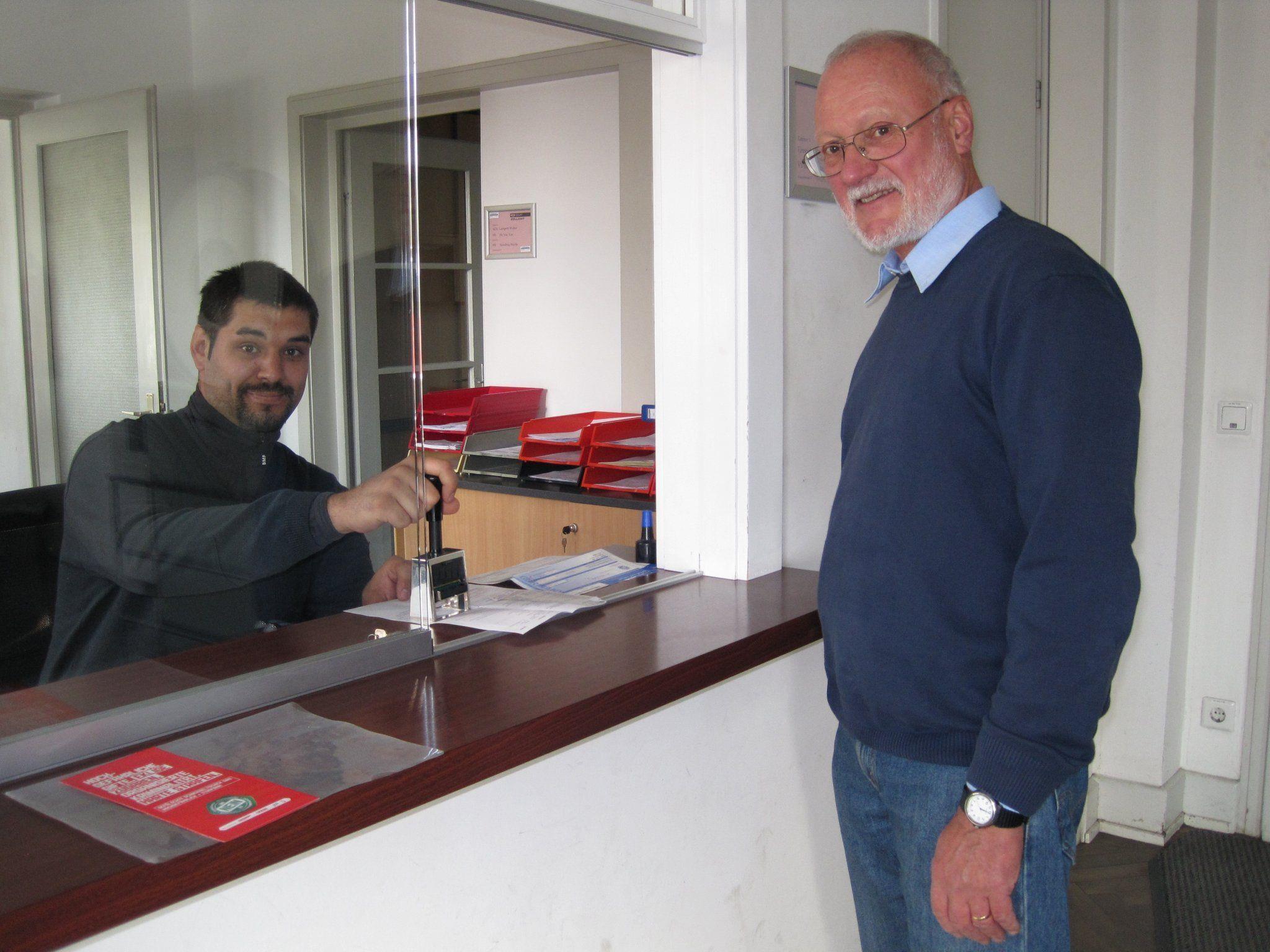 Michael Mark (links) stempelt täglich Ausfuhrscheine. Markus Schnetzer ist das Problem bekannt.