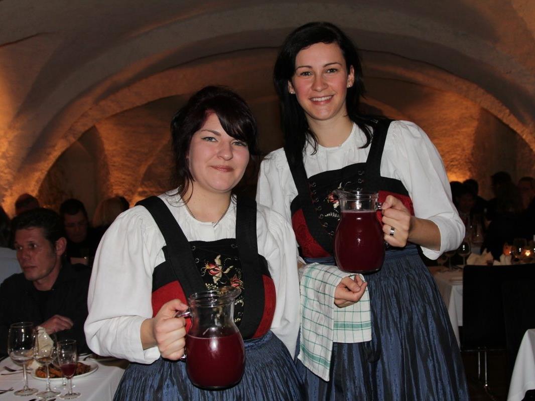 Christine und Michelle hatten alle Hände voll zu tun, die 70 Gäste zu bedienen