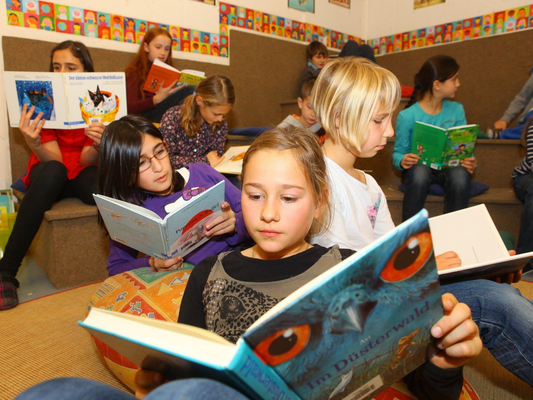 Volksschule Götzis-Blattur: Heuer haben sich die Kinder der 2a und 4b durch rund 250 Neuerscheinungen auf dem Kinderbuchmarkt geblättert und für ihre Altersstufe zehn Bücher ausgewählt.
