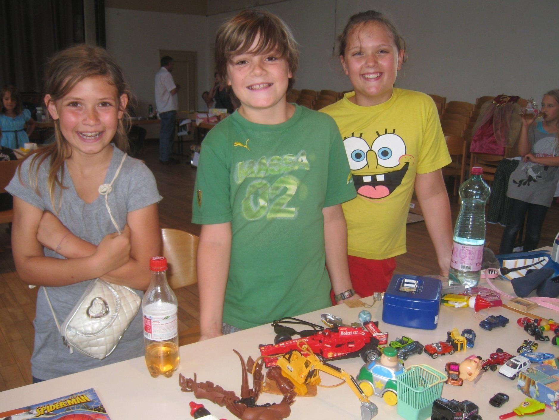 Die Kinder freuen sich auf viele kaufinteressierte Besucher.