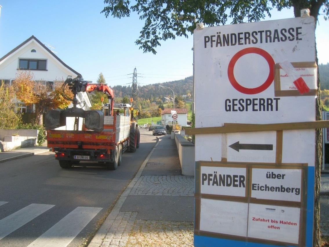 Die Hinweistafeln informieren aktuell über die Sperre der Pfänderstraße.