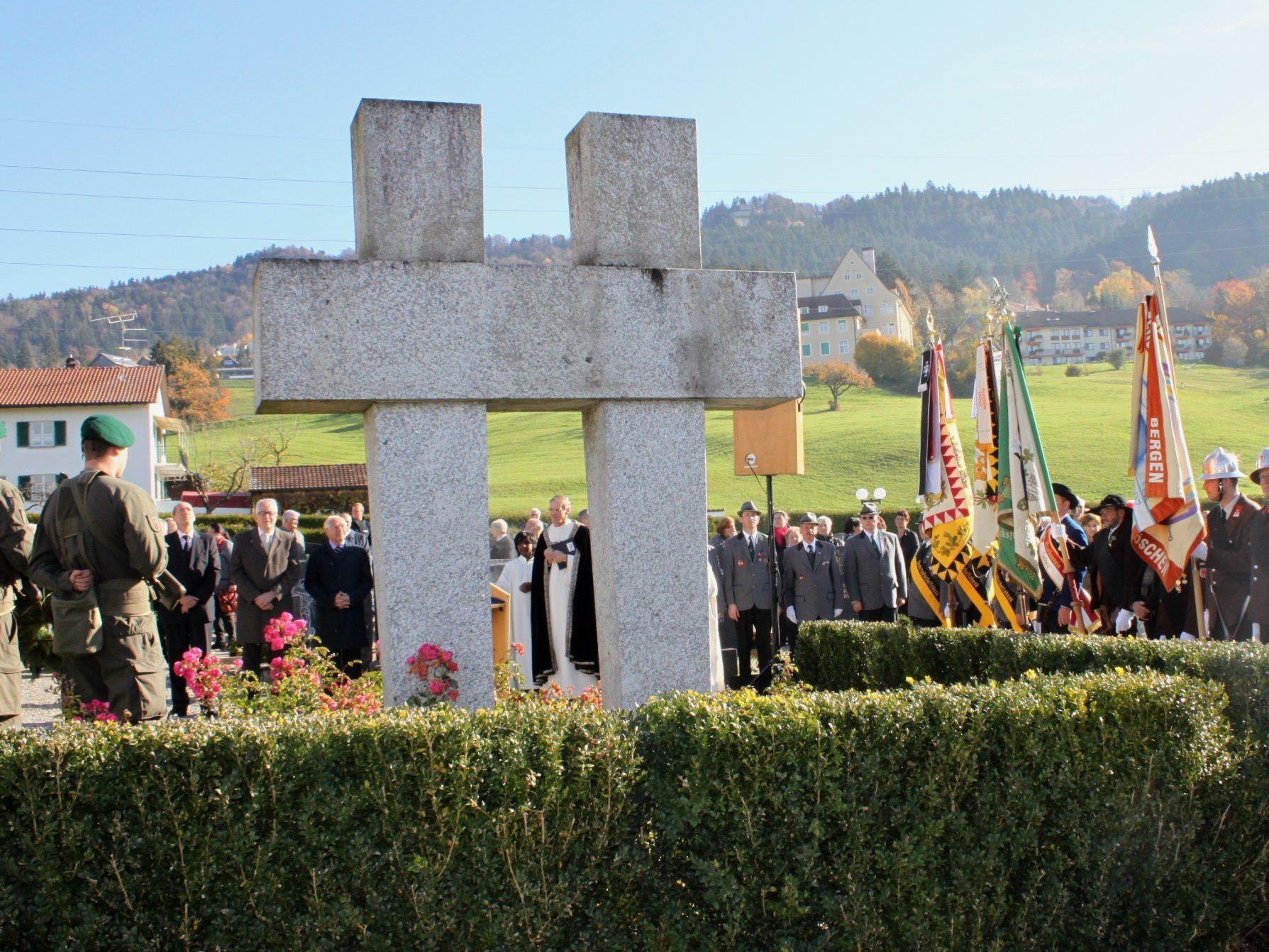 Traditionelle Gedenkfeier, Ansprache und Kranzniederlegung beim Kriegerdenkmal am Seelensonntag.