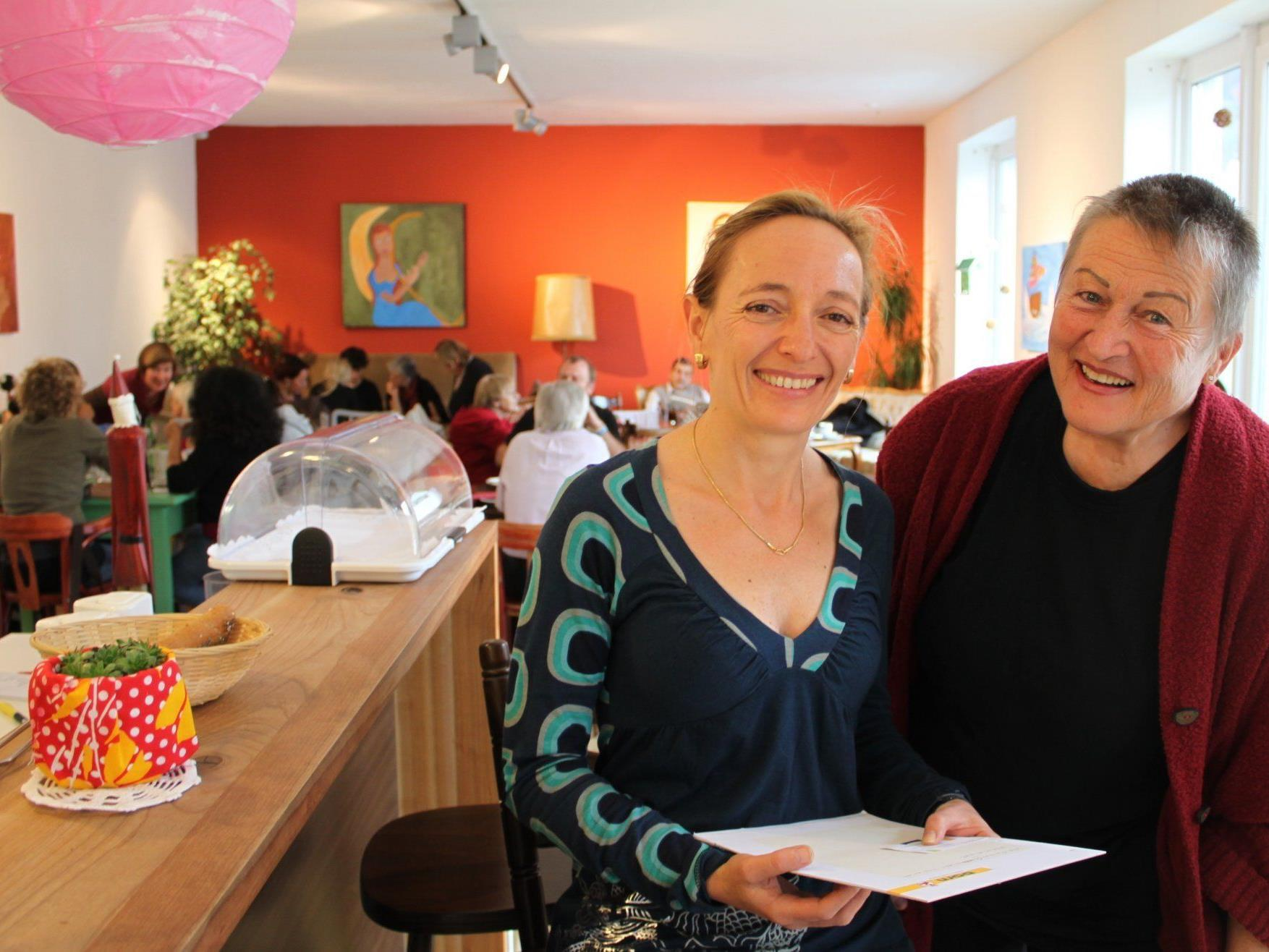 """Andrea Kramer und Adelheid Felder begleiten das Lochauer Integrationsprojekt """"Sprachencafe""""."""