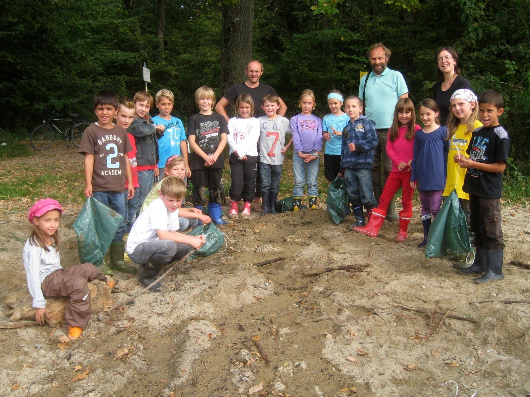 """Die naturkundliche Exkursion an den See machte allen """"Flussbaumeistern"""" sehr viel Spaß."""