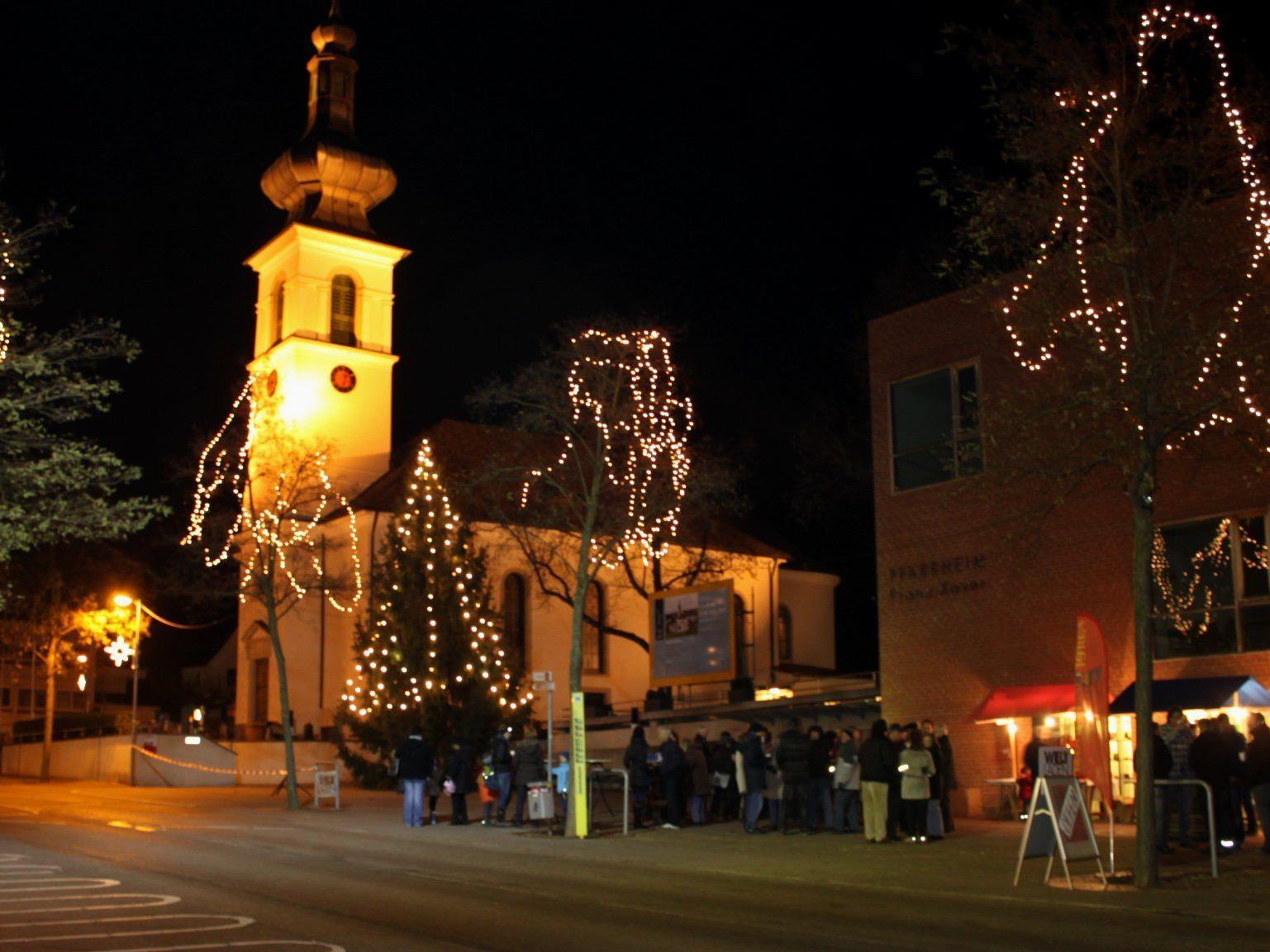 Dekorative Weihnachtsbeleuchtung sorgt für eine stimmungsvolle Atmosphäre.