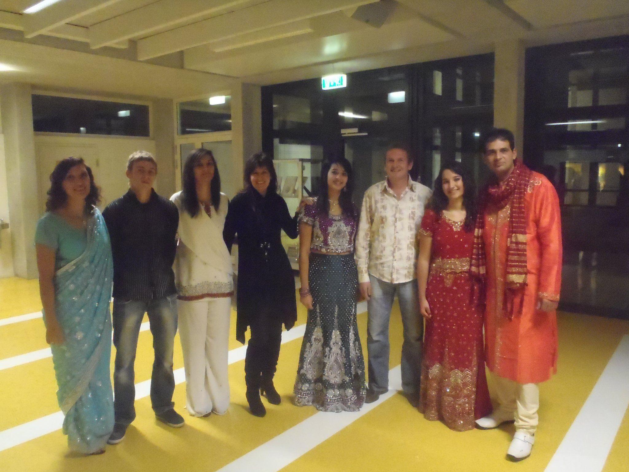 Marina Jasarevic (5. von links) und Familie