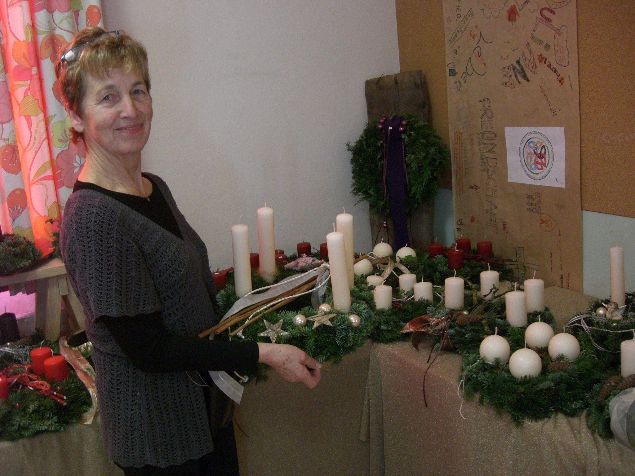 Margit Öttl präsentiert die gebatelten Adventkränze