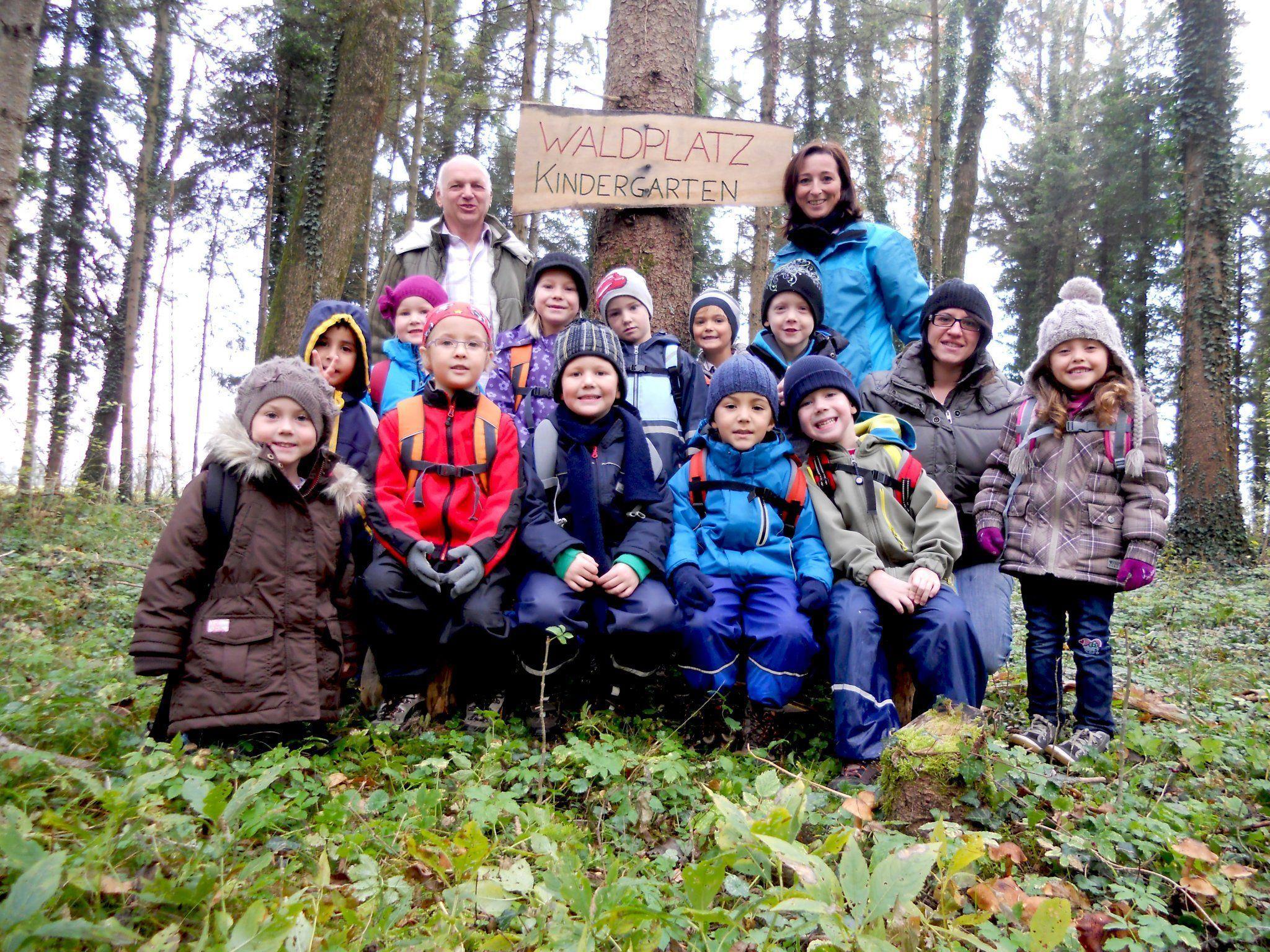 Agrar-Obmann Martin Kühne mit den Kindern und den Pädagoginnen Nicole Ganath und Sonja Willi.