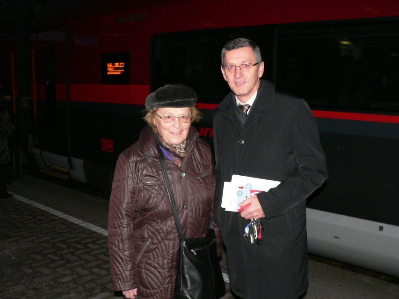 Vorarlbergs ÖBB Regionalmanager Gerhard Mayer überreichte der glücklichen Erika Schuhmacher aus Bregenz vor dem railjet den Preis