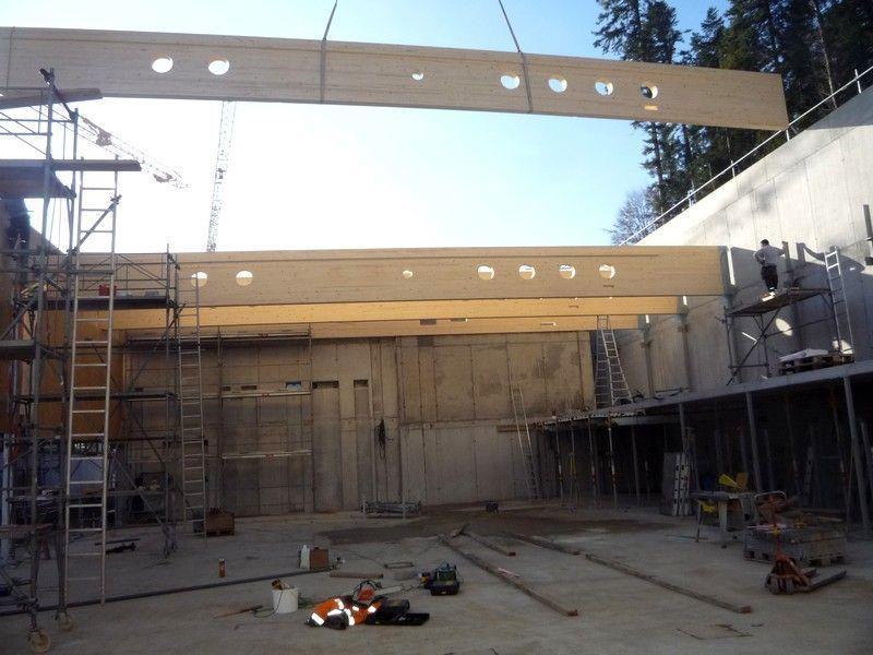 Das Dach der neuen Normturnhalle entsteht.