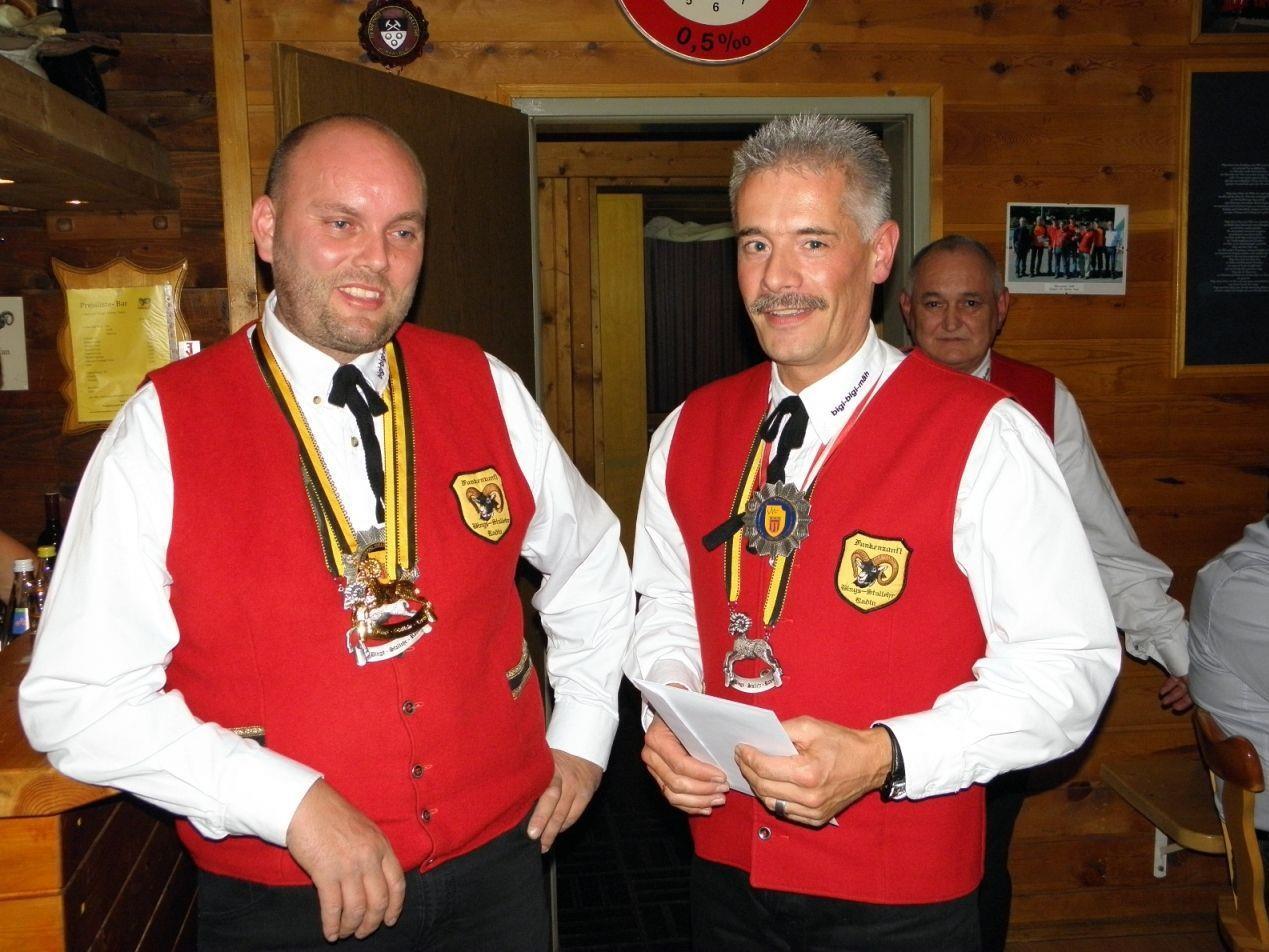 Zunftmeister Johannes Fritz überreicht den Zunftorden in Gold an Wolfgang Burtscher