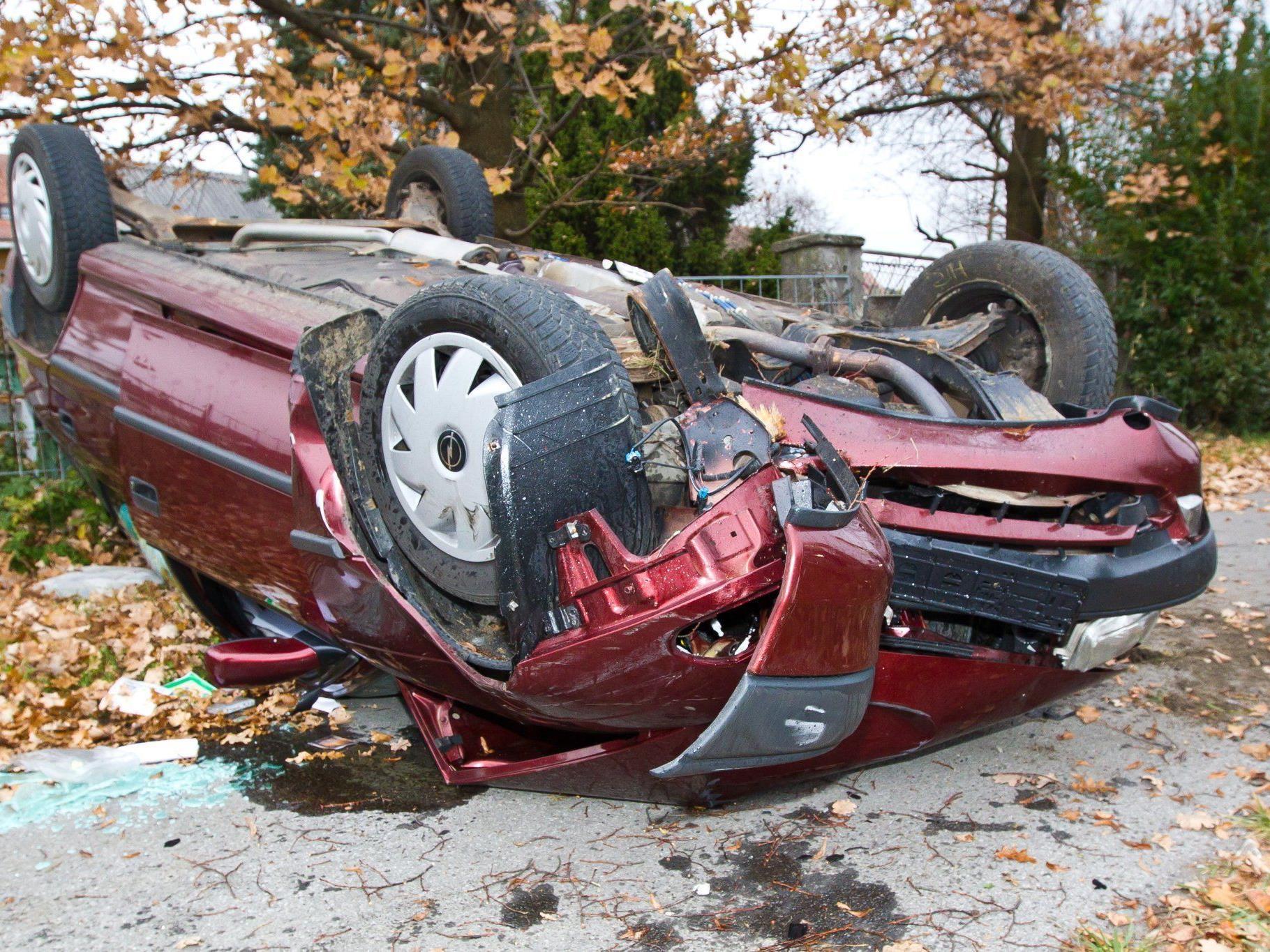 Der Wagen überschlug sich, nachdem er an einen Baum geprallt war.