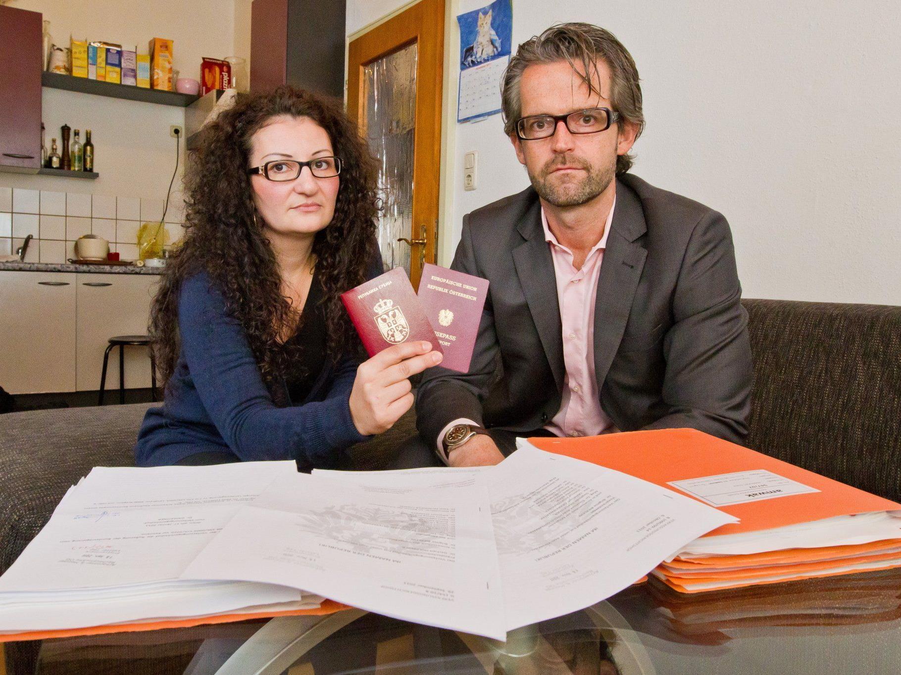 Jede Menge Ordner, und keine Entscheidung. Emine Androcec und ihr Anwalt Clemens Achammer warten immer noch auf den gewünschten Pass.