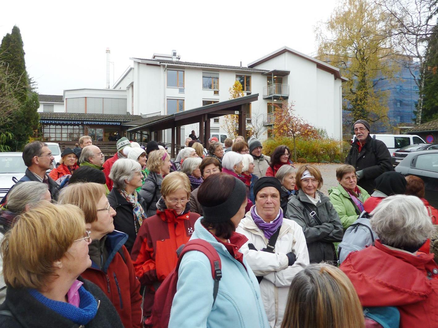 Organisator Werner Mathis (r.) gab letzte Anweisungen vor dem Abmarsch nach Dornbirn.