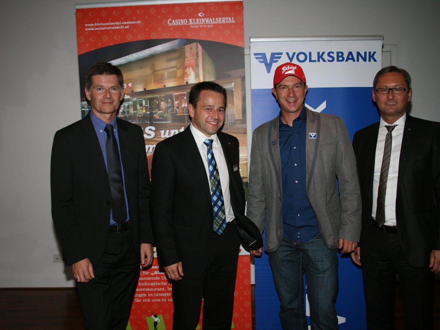 Bernhard Moosbrugger (Casinos Austria), Andi Hammerer (Volksbank Vorarlberg, Filiale Riezlern), Cheftrainer Alexander Pointner und VVB-Vorstandsdirektor Gerhard Hamel.