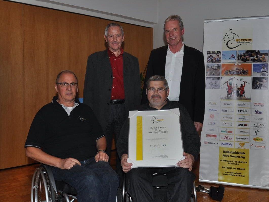 Obmann Kilga, BSV-Präs. Fink und Bgm. Brändle gratulierten dem neuen Ehrenmitglied Heinz Merz.