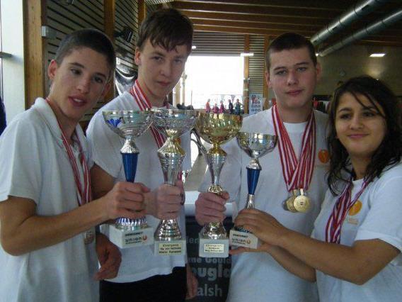 """Freude bei den jungen """"Special Friends"""" über die vielen Schwimm-Medaillen und Pokale."""