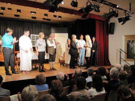 Dr. Gabriele Metzler bedankt sich bei den Schauspielern für die Spende.