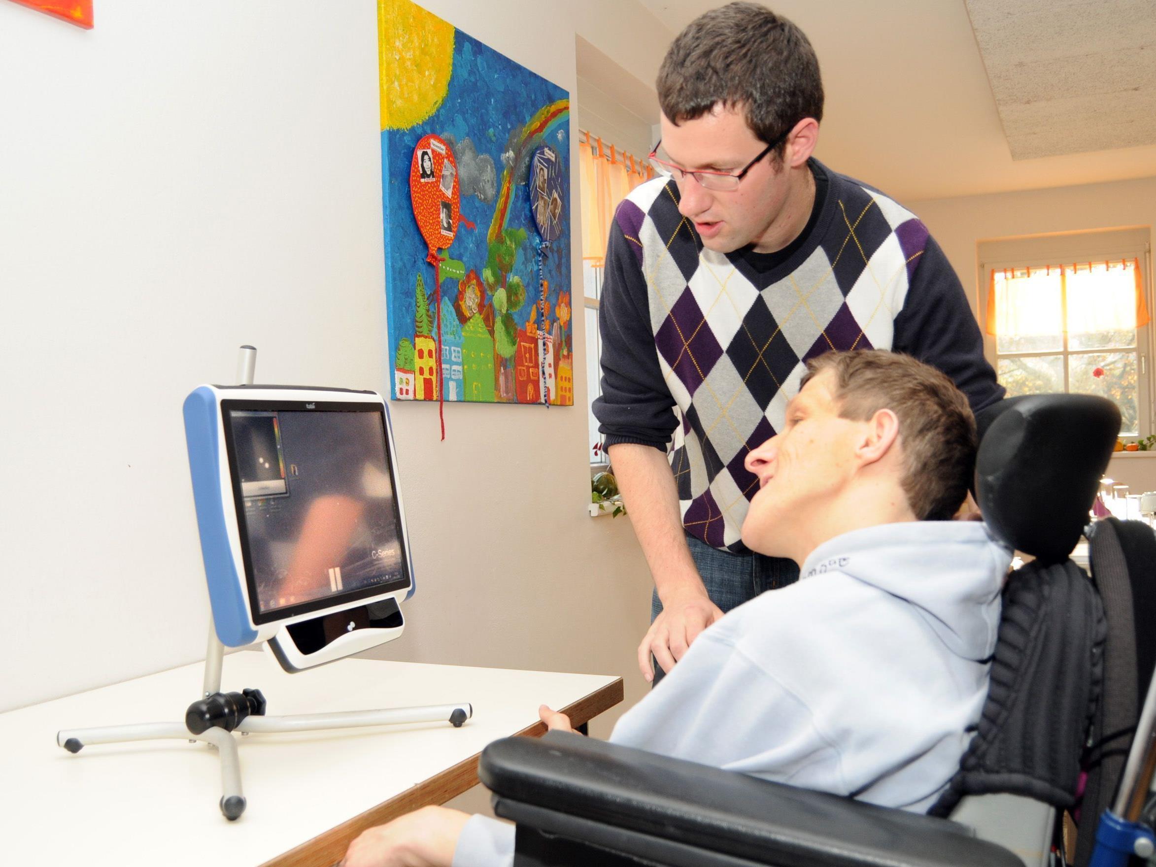 Thomas Schmucker übt mit Reinhard Wohlgenannt an seinem Kommunikations-Computer.