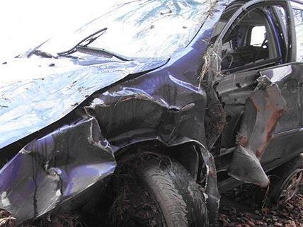 Der Unfallwagen überschlug sich mehrmals, nachdem er auf der LB38 von der Fahrbahn abkam