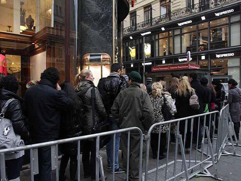 Versace-Fans belagerten schon vor der Ladenöffnung die H&M-Filiale am Graben