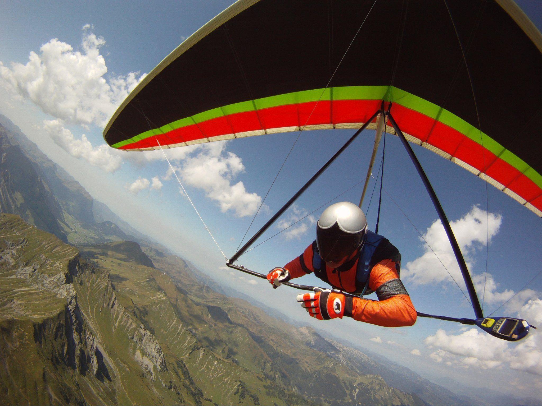 Walter Mayer bei seinem Flug über den Rüfikopf. Im Hintergrund die Berge des Bregenzerwaldes.