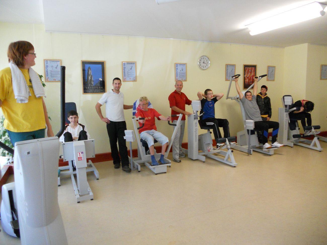 Spaß an der Bewegung haben diese Jugendlichen in der Praxis von Physiotherapeuth Zandfeld.