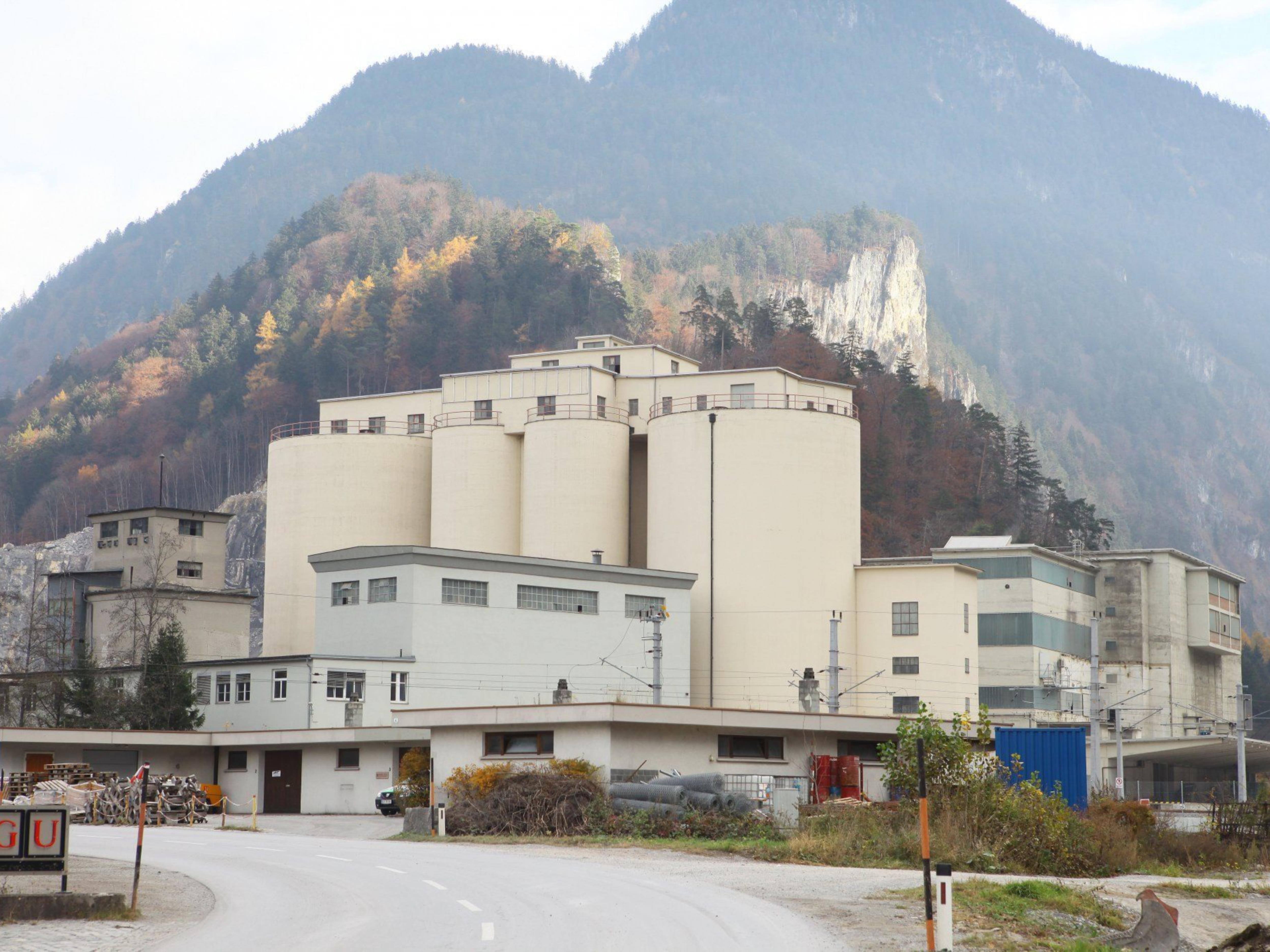 Wechselten den Besitzer: das Grundstück und die Gebäude des stillgelegten Zementwerks in Lorüns.