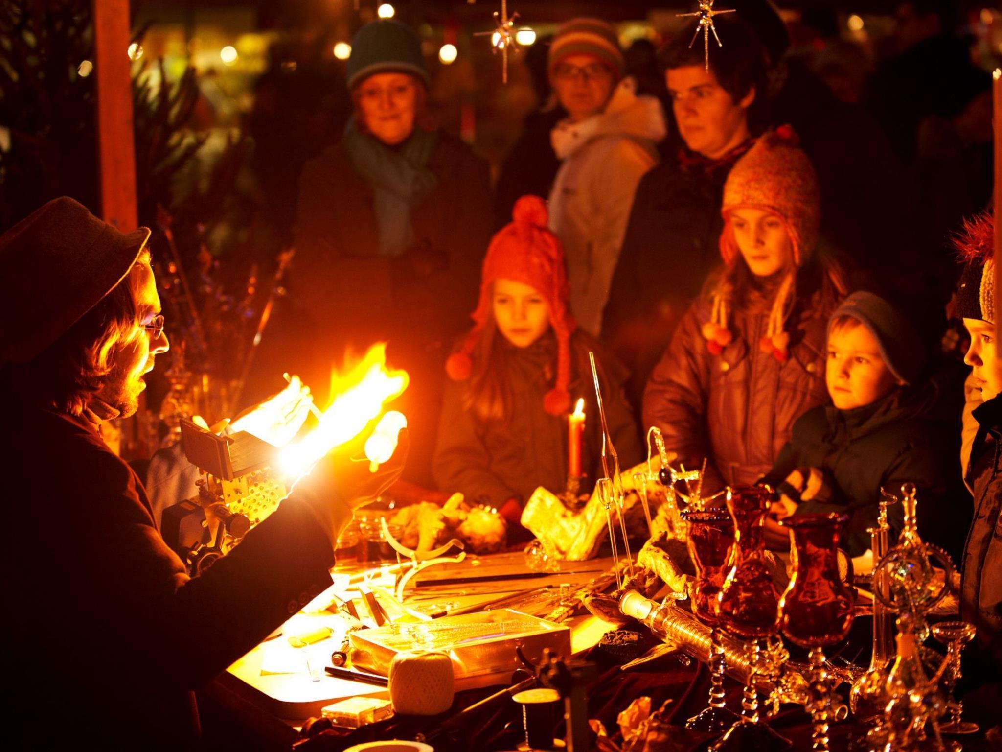 Glasbläser Hilmar Zschiedrich fertigt Weihnachtsschmuck am Markt.