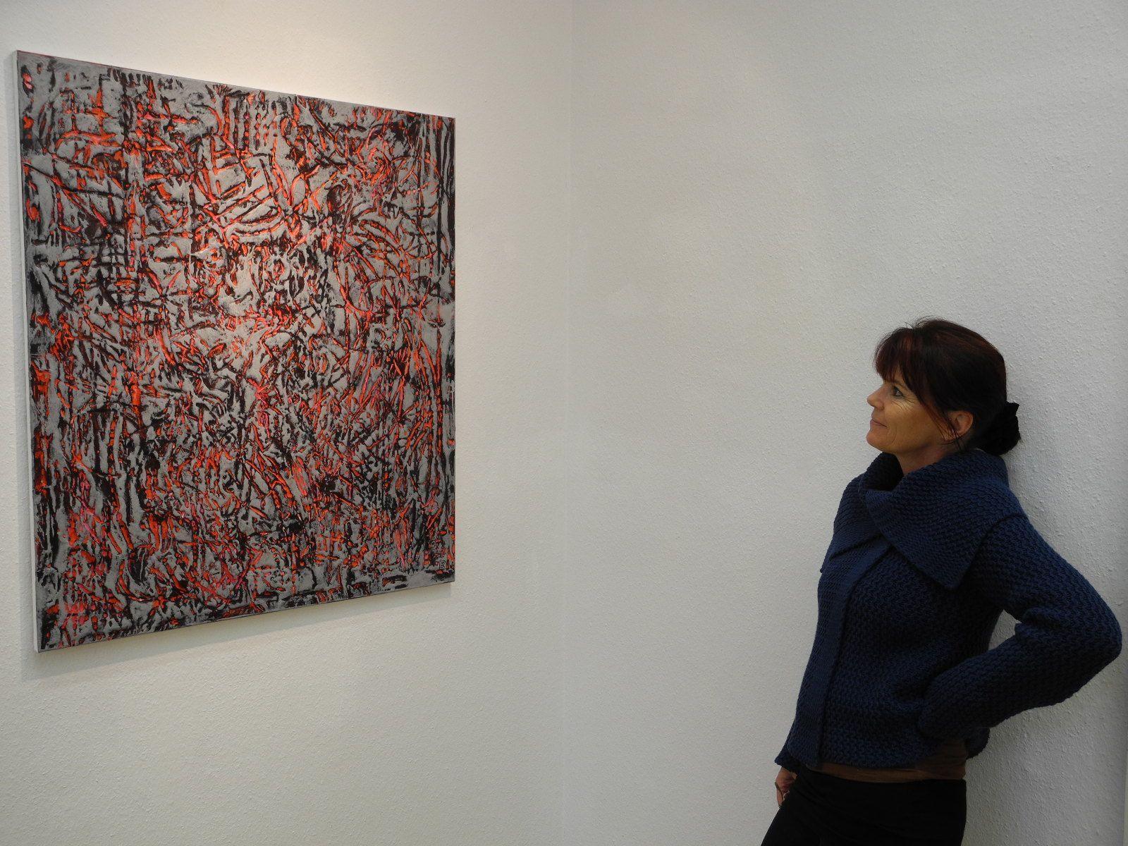 Roswitha Buhmann vor einem ihrer in völlig neuer Art gestalteten Bilder.