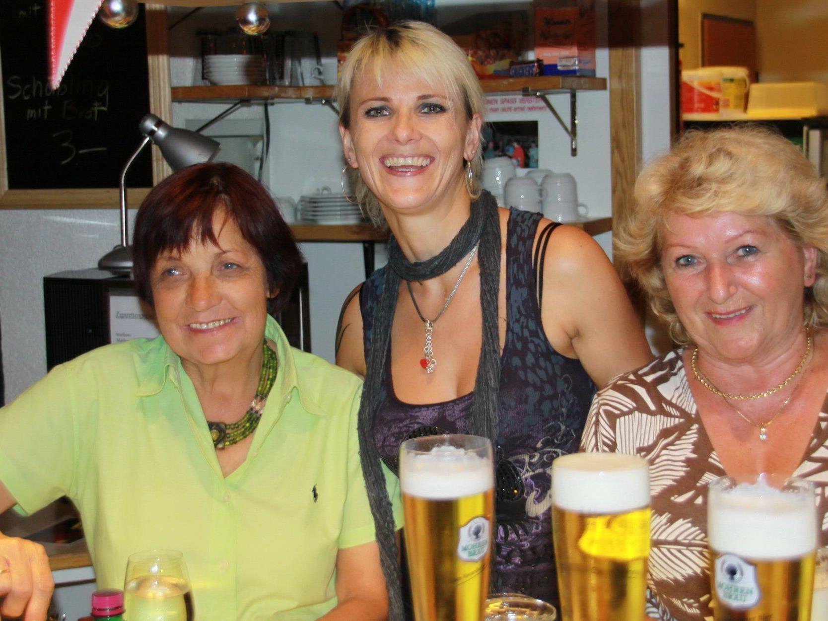 Das FCD-Wirtschaftsteam Maria, Andrea und Edith haben am Samstag viel Arbeit.