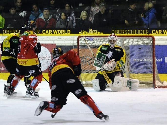Lustenau-Goalie Bernhard Bock wurde schon im ersten Derby heftig unter Beschuss genommen.