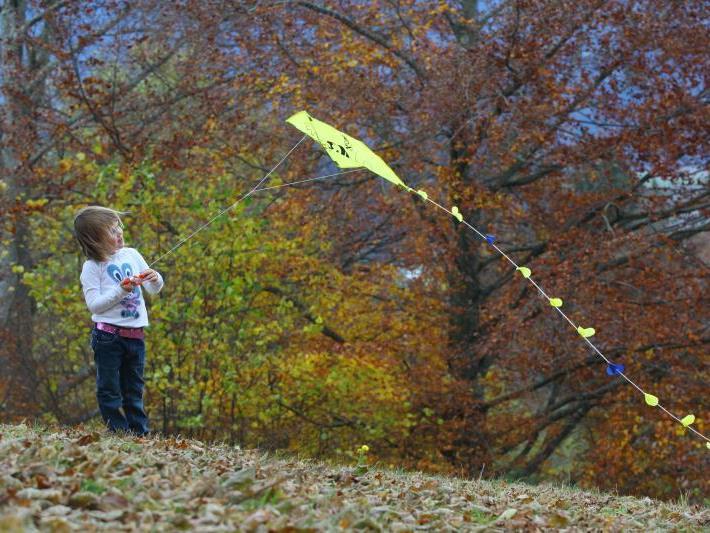 Luisa, 5 Jahre alt aus Thüringerberg, lässt ihren Drachen steigen.