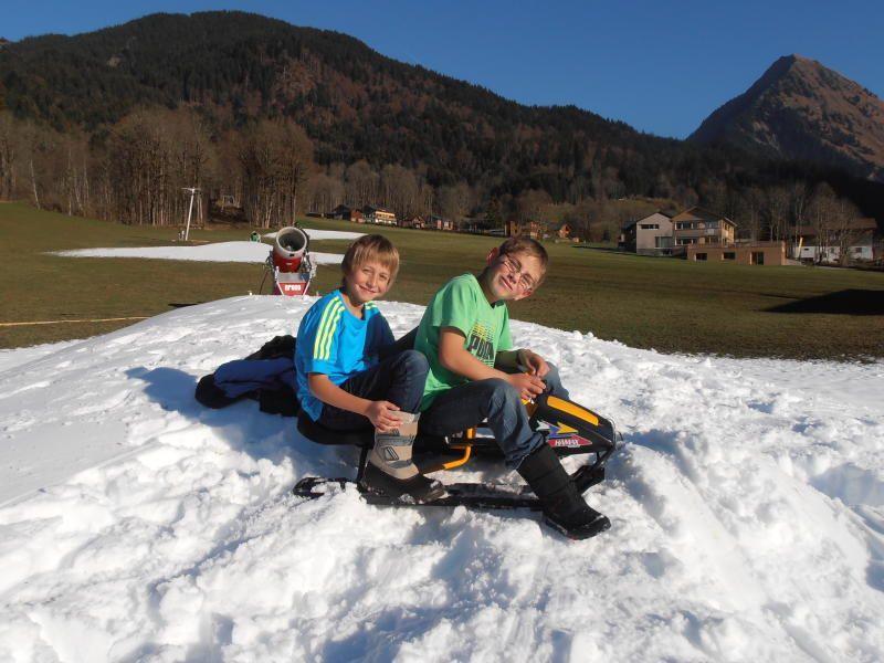 """Noah Gabriel und sein Kumpel Stefan nützen die Schneehaufen aus dem """"Kanonentest"""" beim Übungslift bei der Diedams-Talstation."""