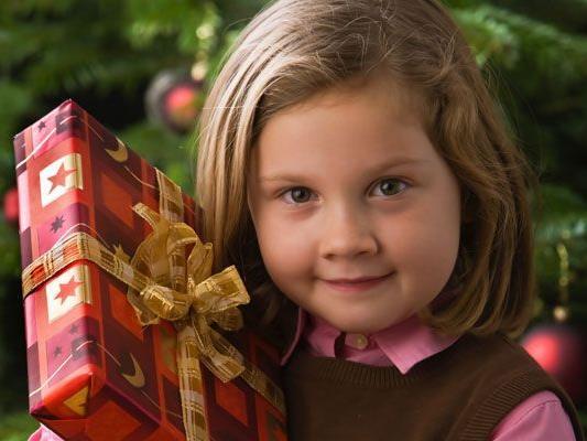 Kinder freuen sich auf die kommende Advent- und Weihnachtszeit.