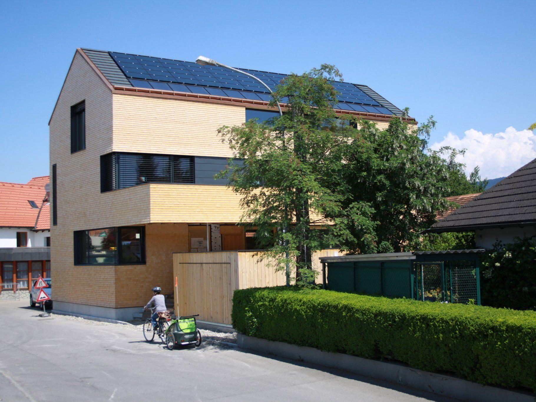 Das Gebäude wurde im August 2010 in nur 3 Tagen aufgebaut. Das Holz dafür stammt aus dem Wald des Bauherren Martin Brunn.