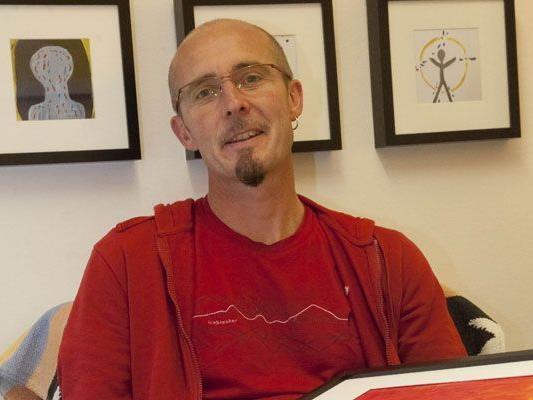 """Martin Schwall ist Kunsttherapeut in der """"Faehre"""" in Dornbirn. Am Freitag stellt er erstmals die Bilder seiner Klienten aus."""