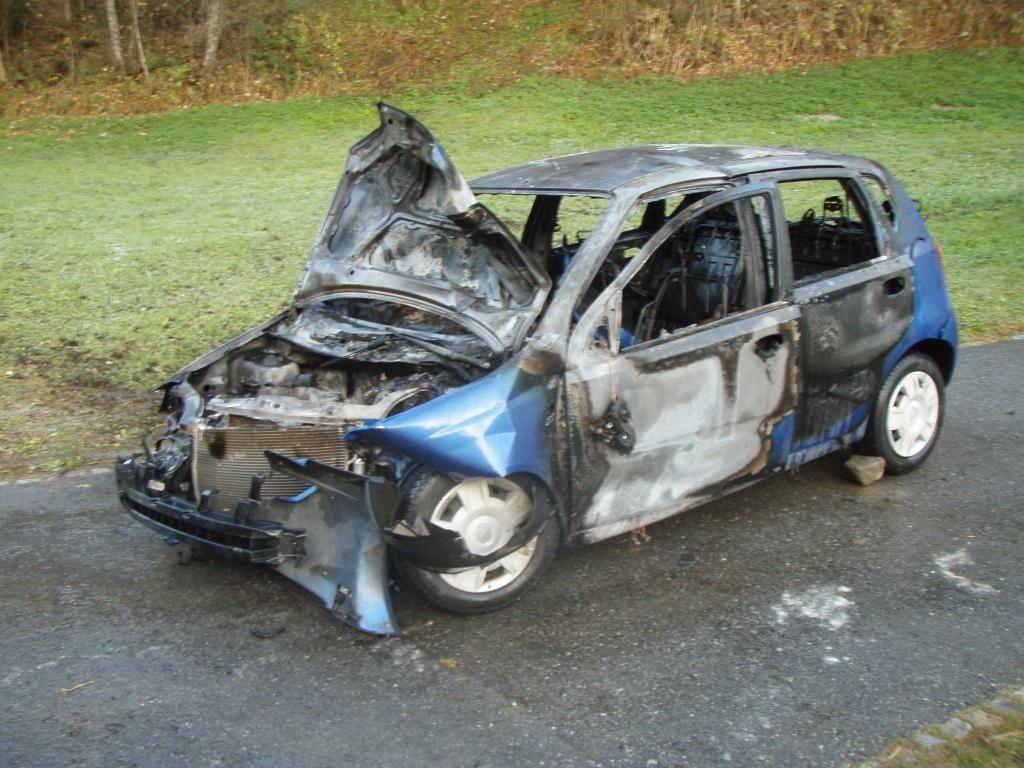Der Pkw eines 18-Jährigen brannte nach einem Unfall vollständig aus