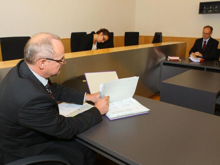 Trafen gestern im Gericht aufeinander: Rechtsanwalt Klaus Fischer (l.) und ein Vertreter der Finanzprokuratur.