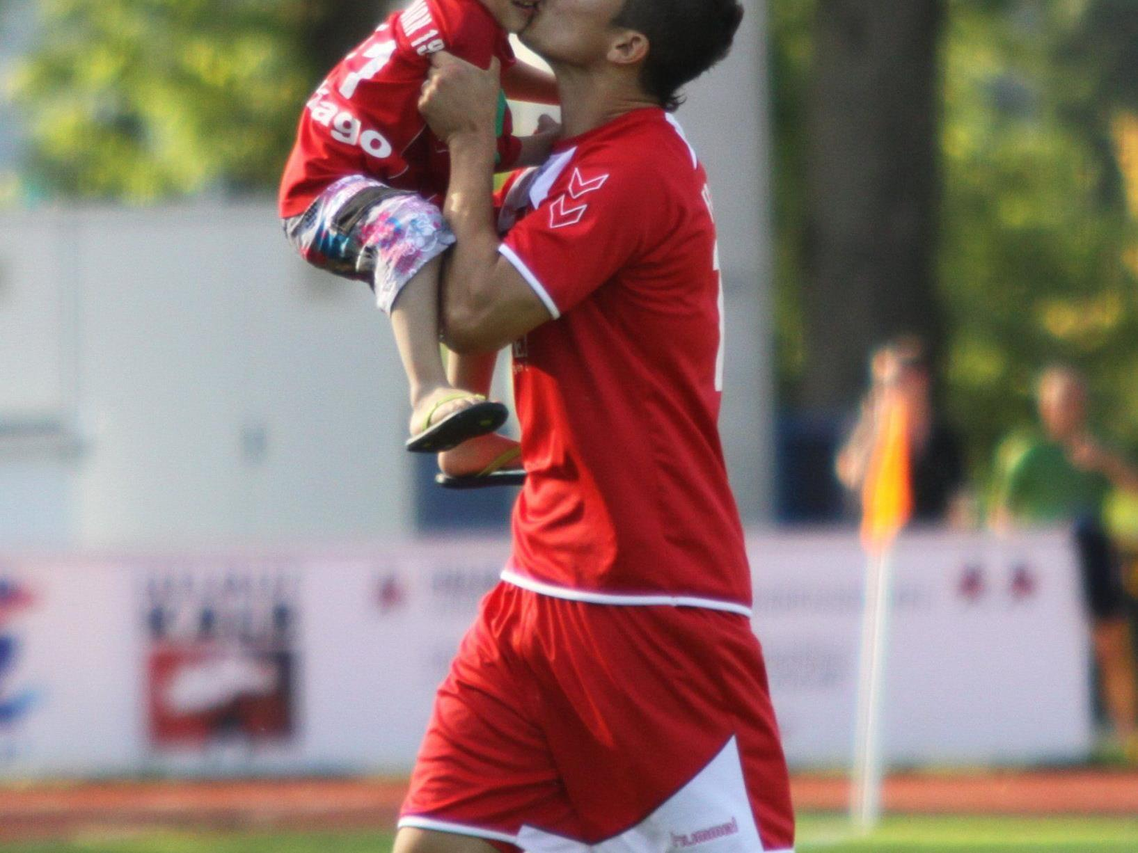 Goldtorschütze Thiago de Lima ein Küsschen für den Sohn.