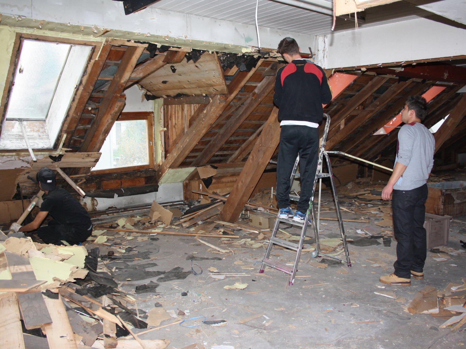 Die Jugendlichen halfen, den Dachboden auszuräumen