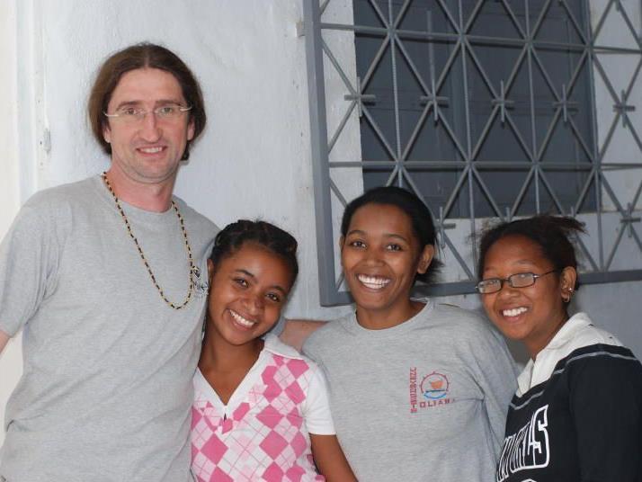 """Gebhard Fitz, Obmann des Vereins """"smile4"""", mit drei Patientinnen. Das Engagement gilt der Umwelt und den Menschen Madagaskars."""