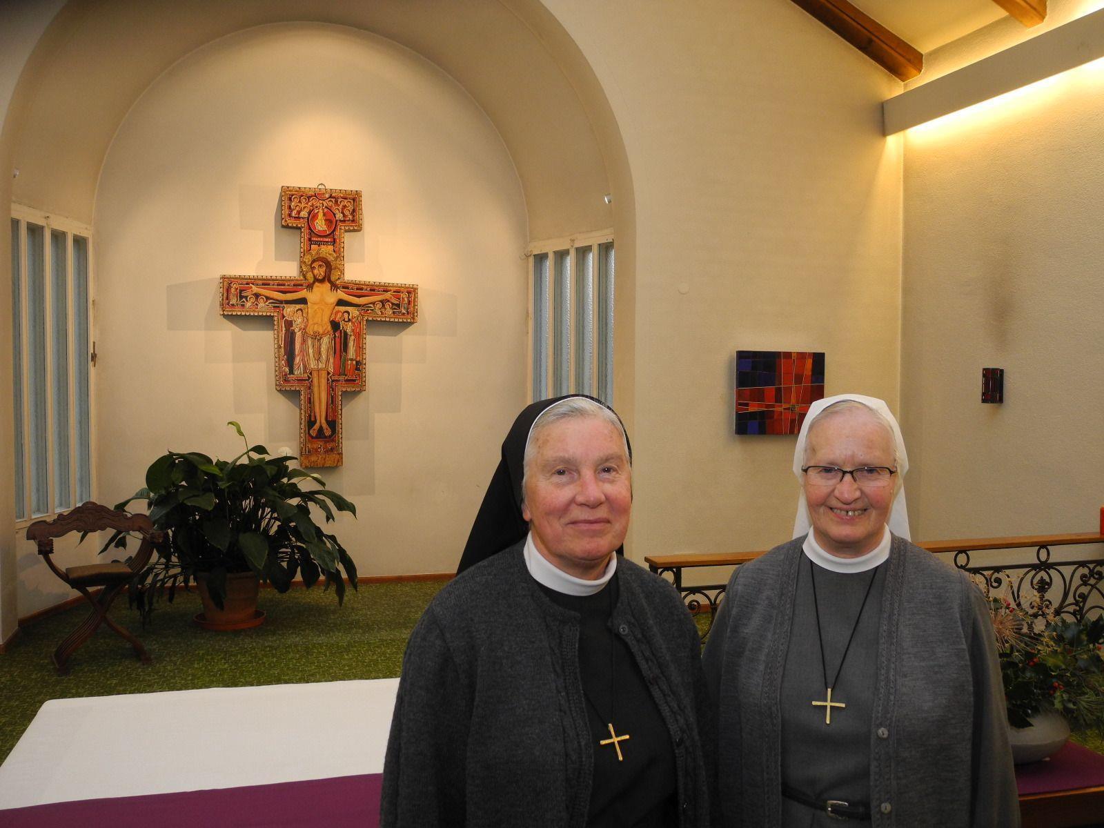 (l.) Provinzoberin Sr. Maria Bosco mit der Hausoberin Sr. Elisabeth Heinzle in der Hauskapelle