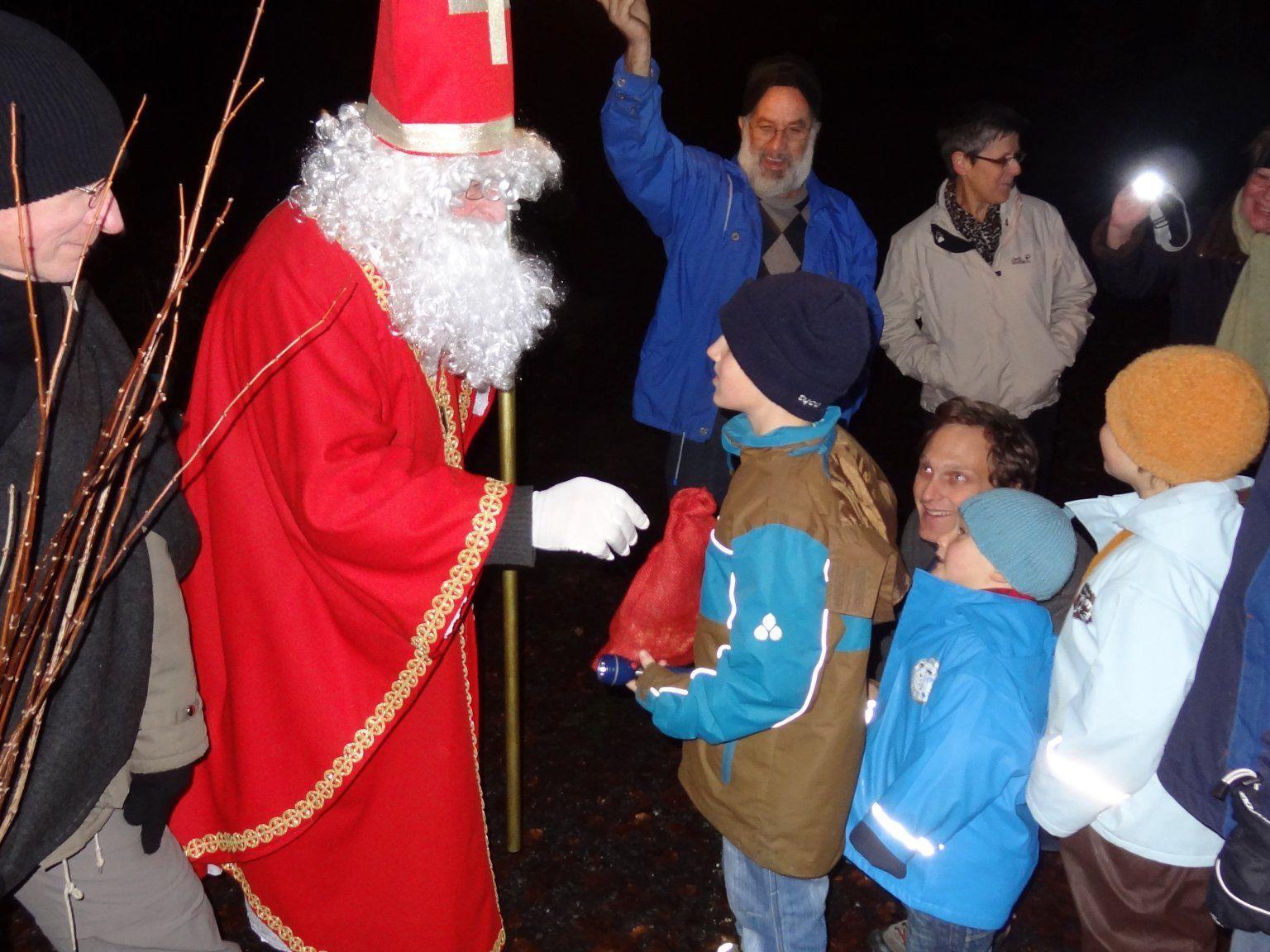 Die Kinder stehen an, um die Geschenke des Hl. Nilolaus entgegenzunehmen