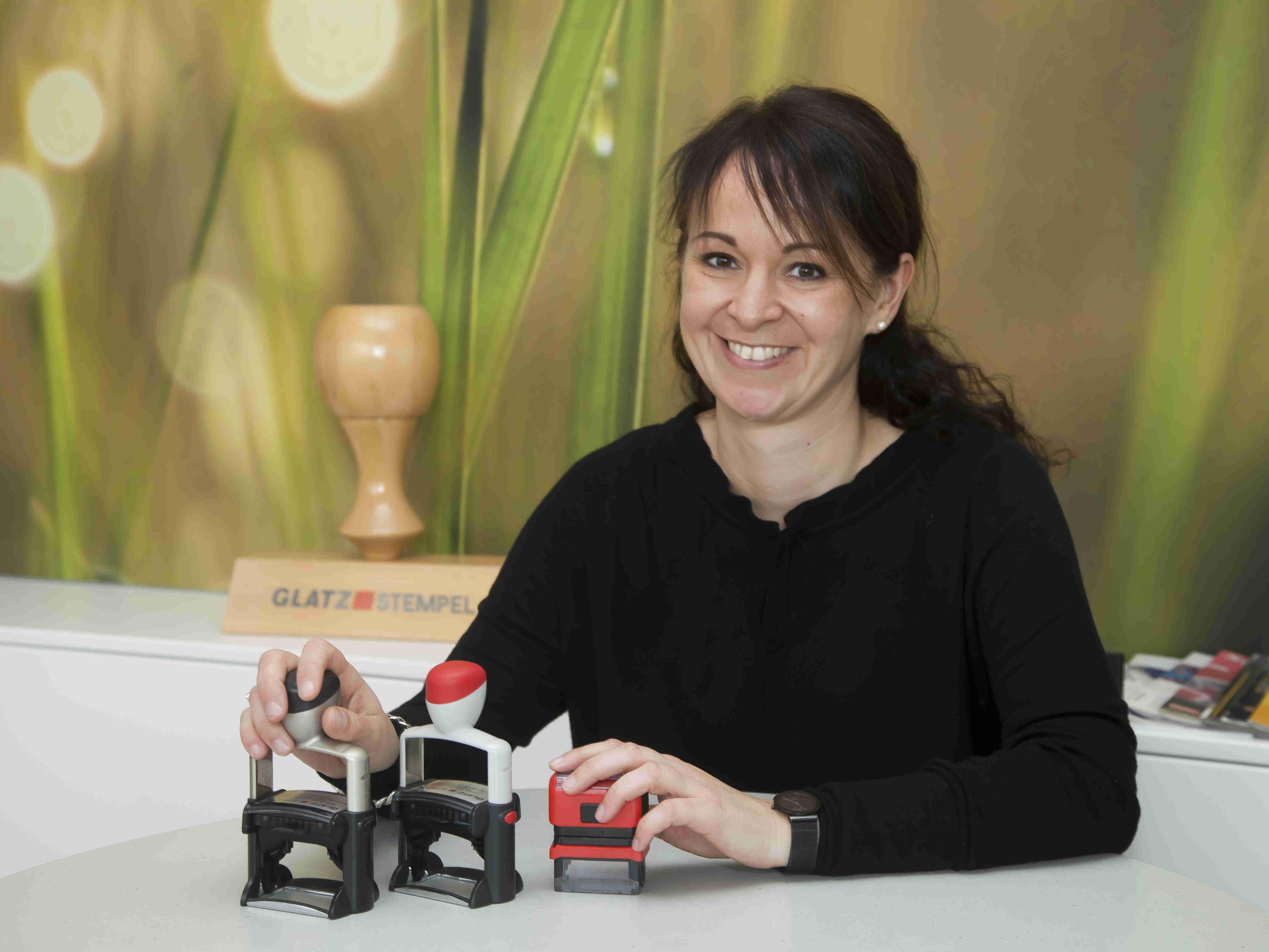 Die Hörbranzerin Sandra Jehle-Troy ist Geschäftsführerin von Glatz Stempel in Bregenz. Ihr Betrieb wurde gestern Abend als eines der familienfreundlichsten Unternehmen des Landes ausgezeichnet.