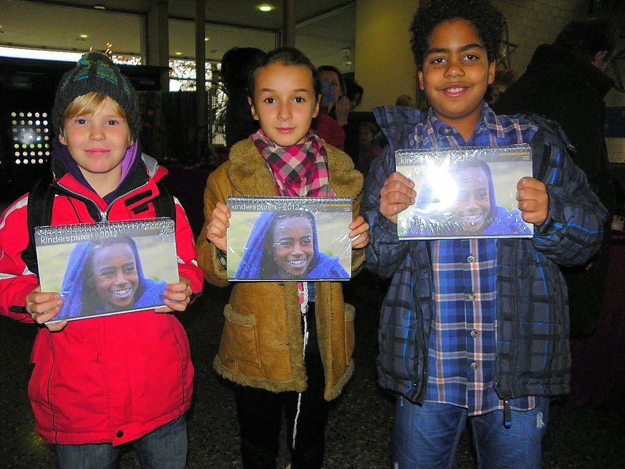 """Leonie, Elena und Eliarkim boten Kalender für das Äthiopienprojekt """"Bildung für Awasa"""" an"""