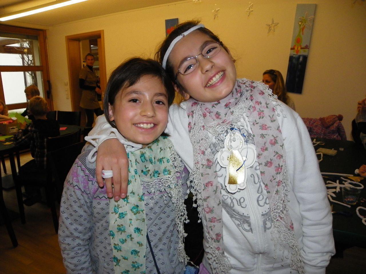 Ceyda und Esra bastelten mit viel Freude Weihnachtsschmuck