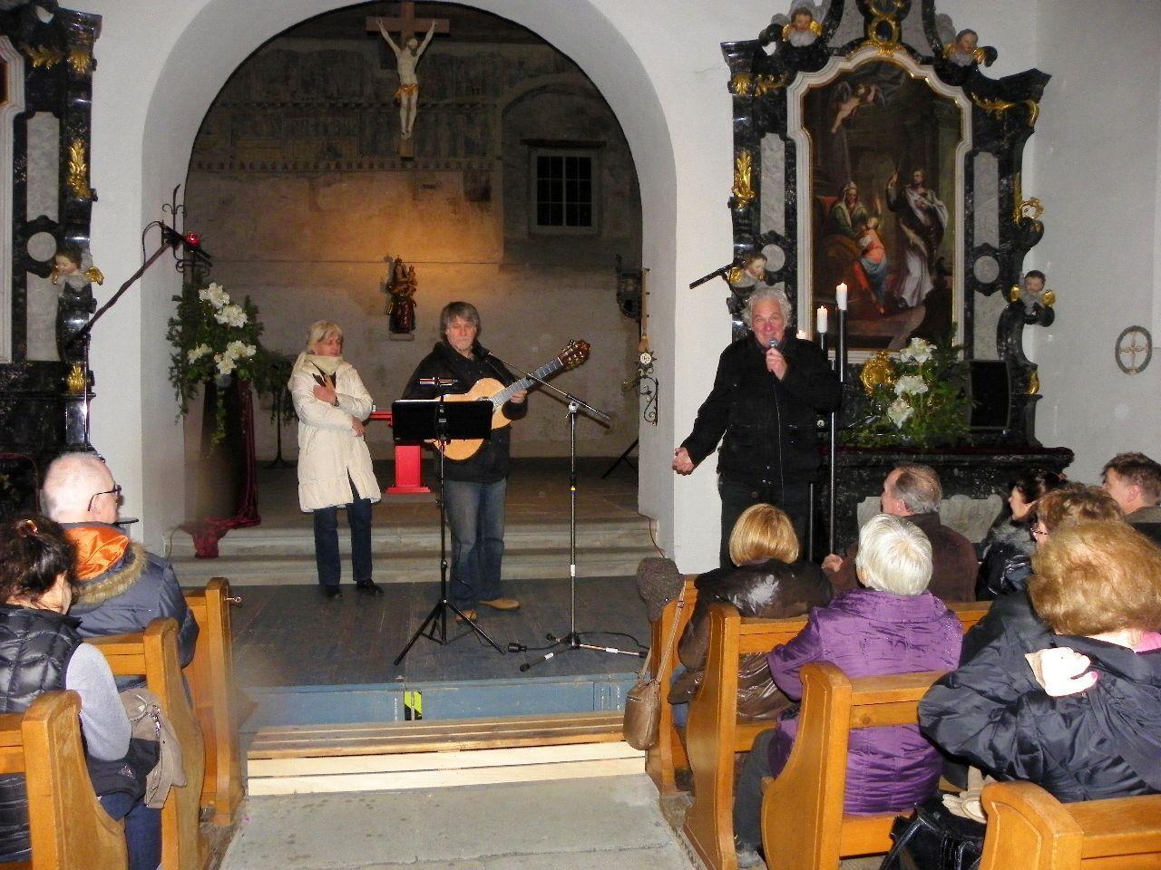 Veranstaltungsleiter Mag. Gunnar Breuer begrüßte Verena und John Gillard in der Martinskapelle
