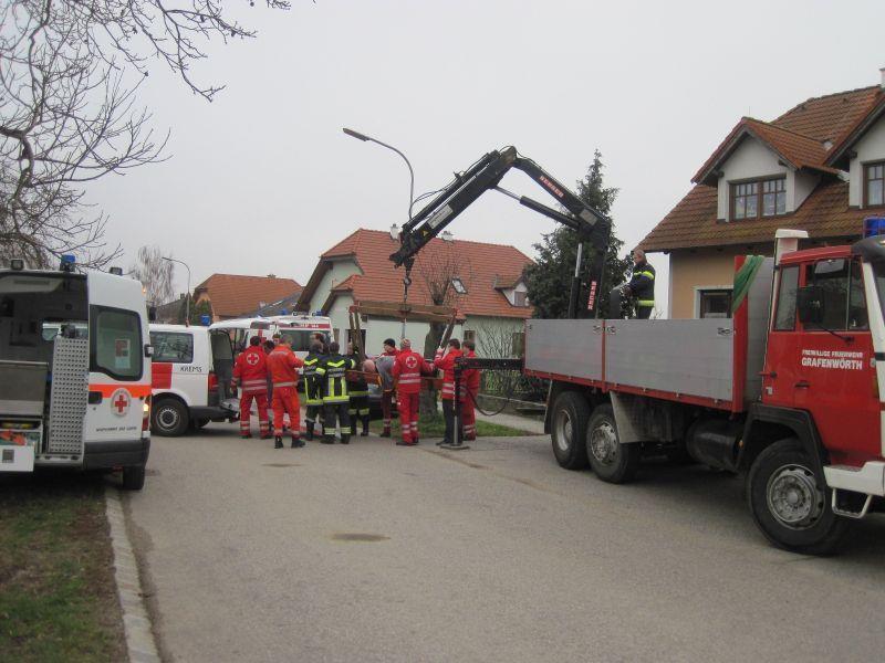 Zur Not kommt noch die Peinlichkeit: 260-Kilo-Mann mit Kran gerettet.