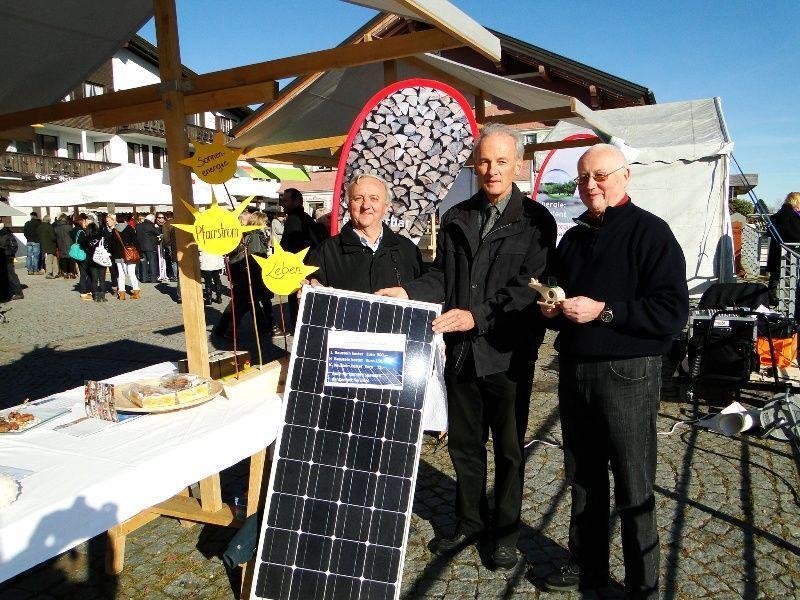 Pfarrer Peter Loretz (mitte) drehte auf dem Kathrinemarkt die Werbetrommel für PV-Bausteine